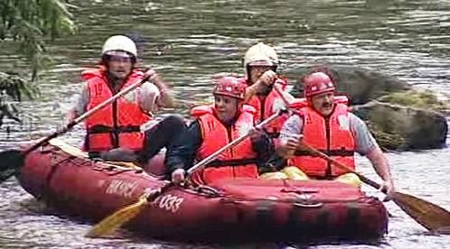 Hasiči prohledávají řeku