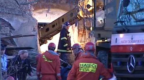 Zásah hasičů u zříceného domu