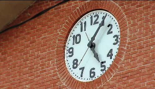 Hodiny věznice v Huntsville ukazují pět hodin a šest minut
