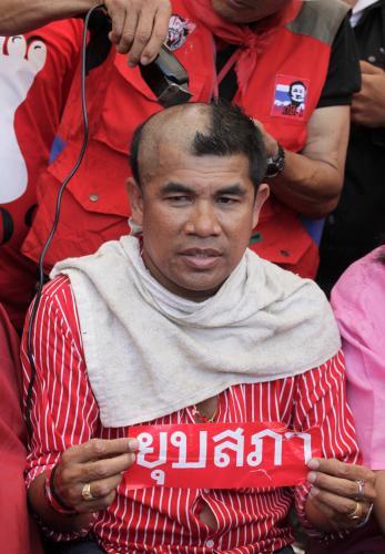 Thajští demonstranti si na protest oholili hlavy