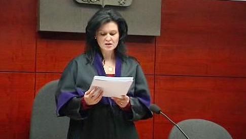 Soudkyně vynáší rozsudek