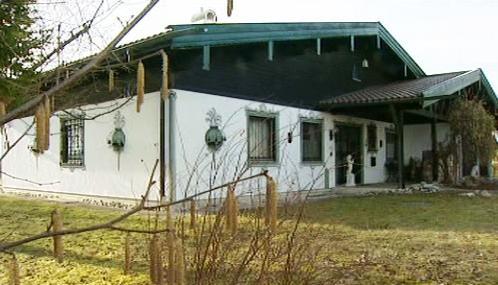 Dům, kde důchodci zadržovali uneseného finančníka