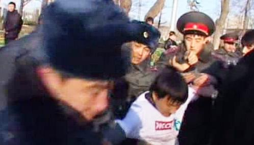Kyrgyzská policie zasahuje proti demonstrantům