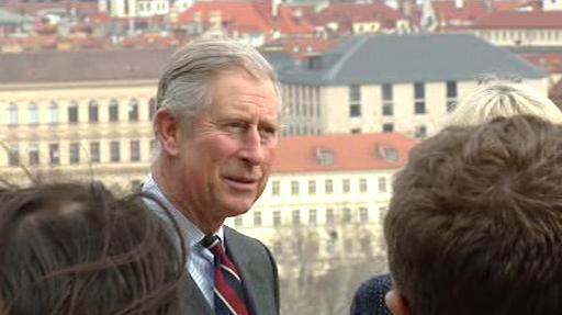 Charles při prohlídce Prahy