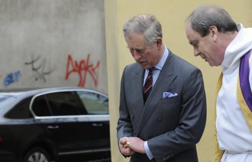 Princ Charles v doprovodu kaplana Rickyho Yatese