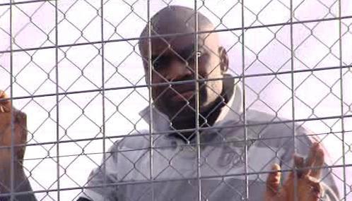 Africký imigrant čeká na deportaci
