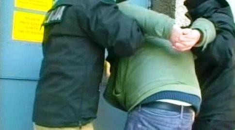 Polská policie zatýká jednoho ze zlodějů nápisu Arbeit macht frei