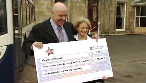 Kevin Halstead s novou partnerkou a šekem na 2,3 milionu liber