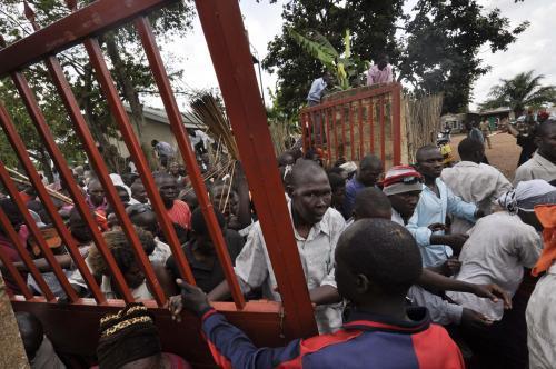 Policie vytlačuje protestanty od královských hrobek v Ugandě
