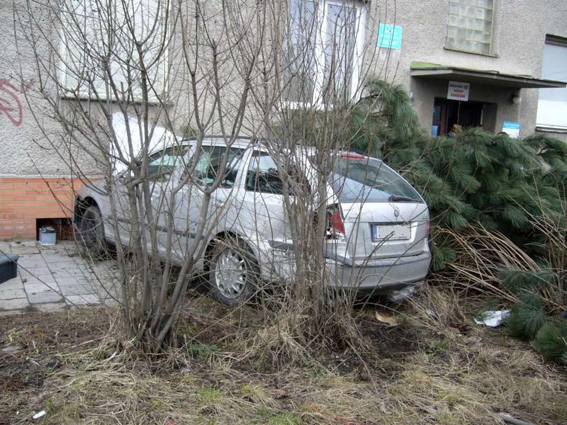 Auto po nárazu do budovy