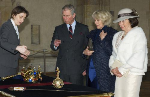 Princ Charles si s chotí Camillou prohlíží korunovační klenoty