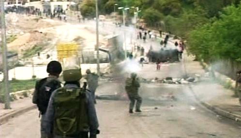 Protestující Palestinci se střetli s izraelskými bezpečnostními složkami
