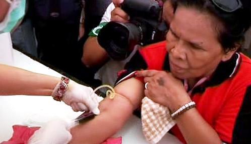 Thajští demonstranti symbolicky obětují krev