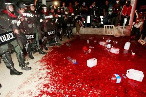 Krev thajských demonstrantů před sídlem vlády