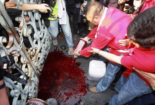 Thajští demonstranti prolévají krev před sídlem vlády