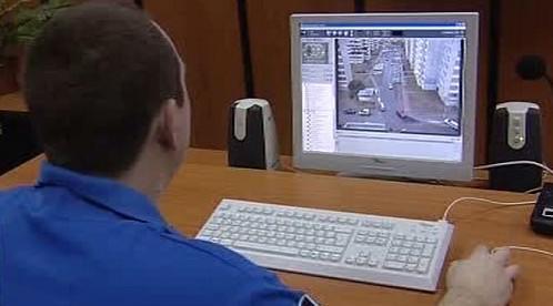 Strážník sleduje výstup z kamerovového systému