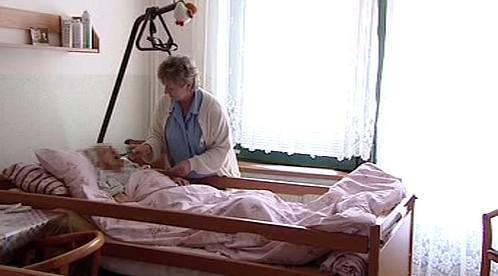 Ošetřovatelka pomáhá seniorce s jídlem