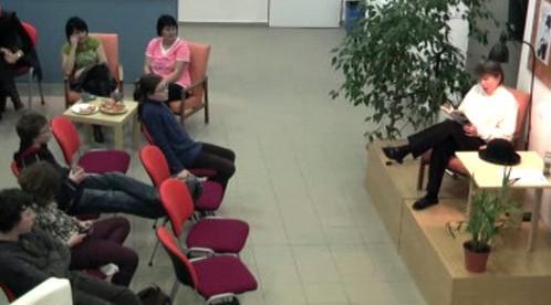 Studenti poslouchají Jirotkova Saturnina