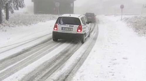 Auta na zasněžené silnici
