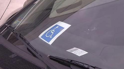 Označení invalida za sklem auta