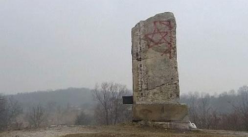 Poničený památník v Plaszówě