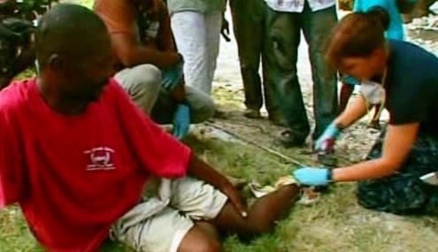 Ošetřování zraněných na Haiti