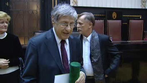 Ivan Klíma při přebírání Ceny Karla Čapka