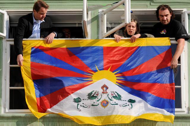 Zelení vyvěšují tibetskou vlajku