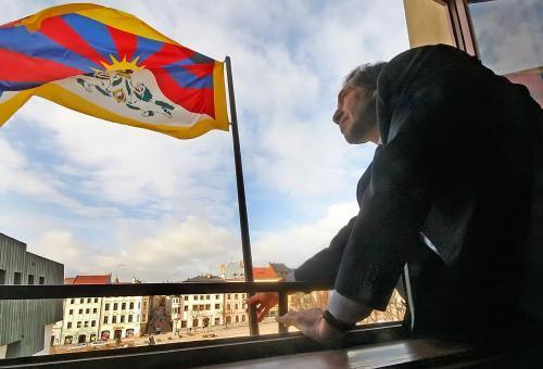 Vyvěšování tibetské vlajky v Jihlavě