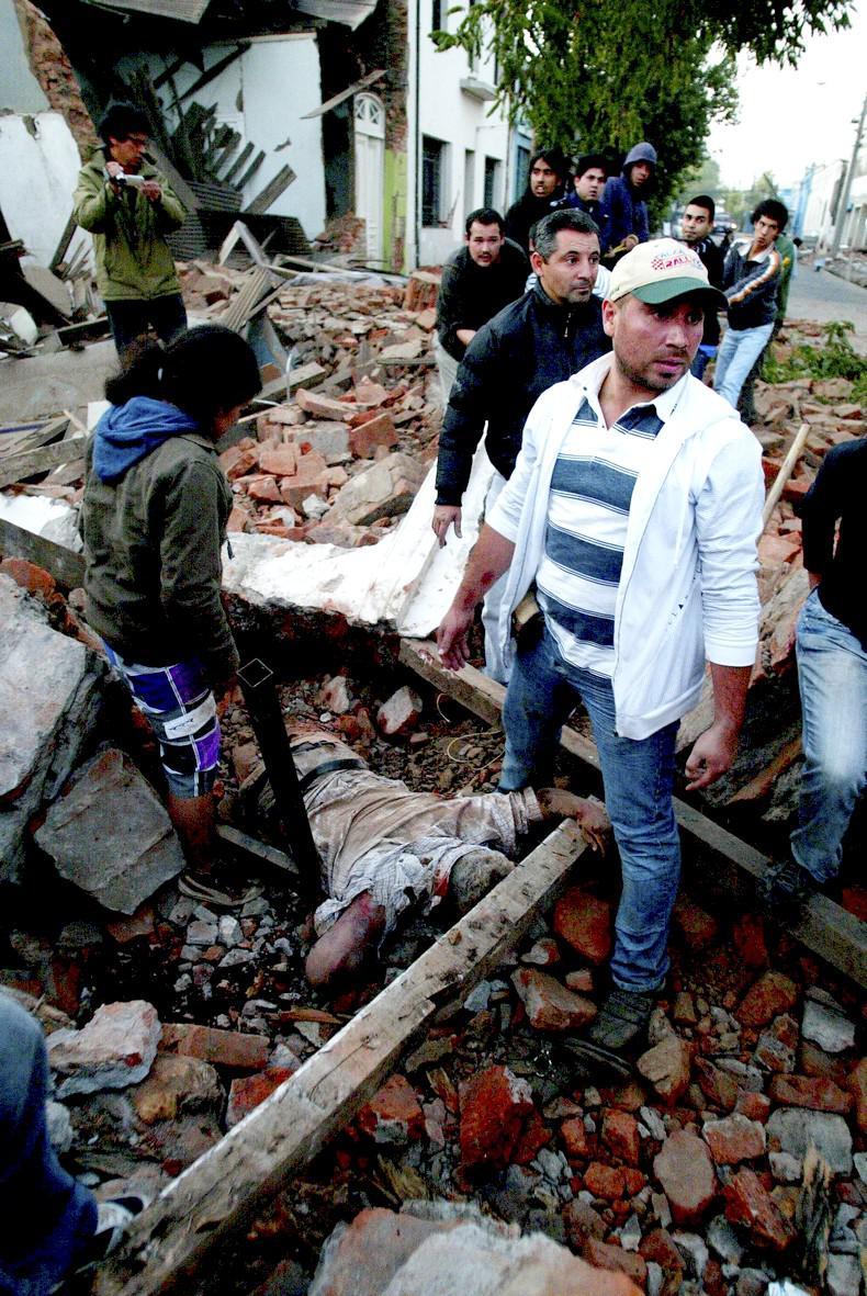 Chilané vyprošťují oběti zemětřesení