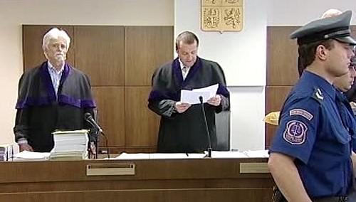 Soudce vynáší rozsudek