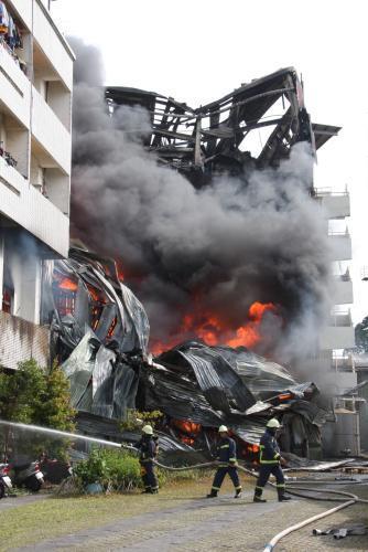 Pořár továrny po zemětřesení na Tchaj-wanu