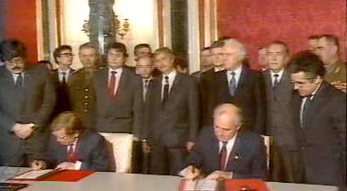 Václav Havel a Michail Gorbačov podepisují smlouvu o odchodu sovětských vojsk