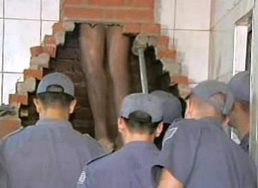 Zloděj uvízl v komíně