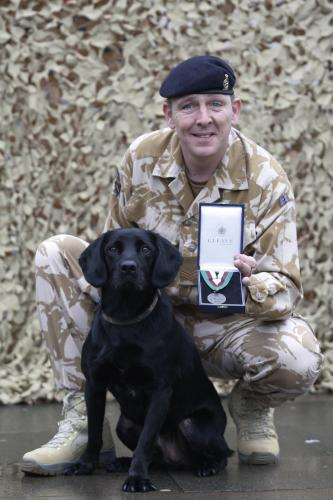 Vyznamenaný Treo se svým psovodem