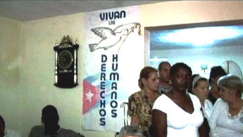 Kubánci přicházejí podepisovat kondolenční listiny