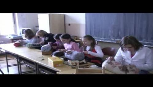 Poběžovické dívky při výuce paličkování