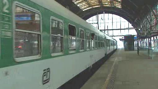 Vlak přijíždějící na pražské Hlavní nádraží