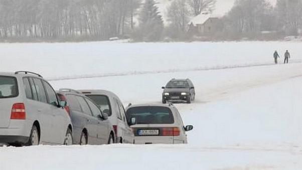 Auta na zamrzlém Lipně