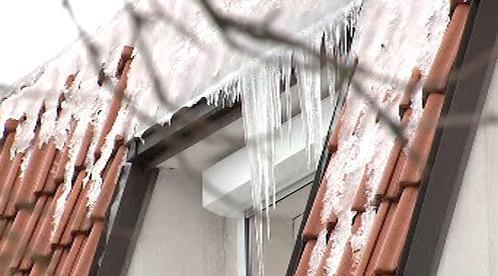 Ze střech padá sníh a led