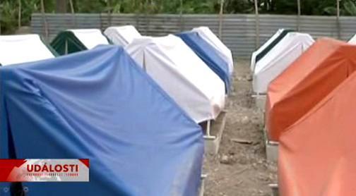 Obyvatelé Haiti žijí pod stanem