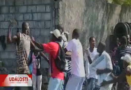 Bitky Haiťanů o humanitární pomoc