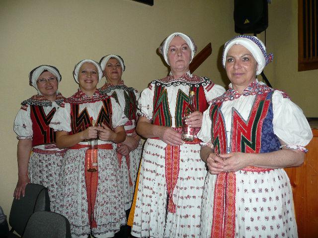 Děvčata ze starší skupiny souboru Velička se budou určitě usmívat i na půdě hostitele v Ostrožské Lhotě