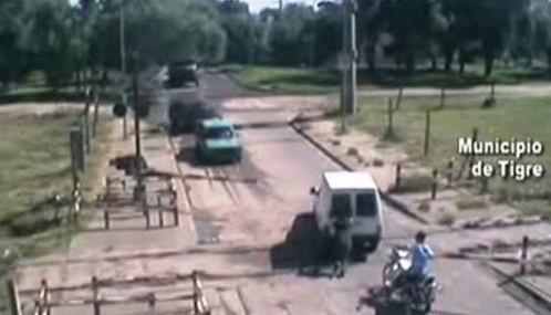 Muž tlačí z přejezdu auto