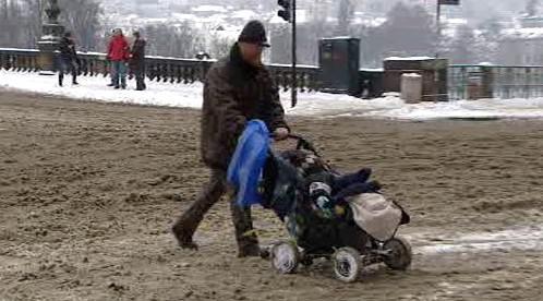 Sníh znepříjemnil život i chodcům