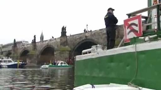 Potápěči u Karlova mostu