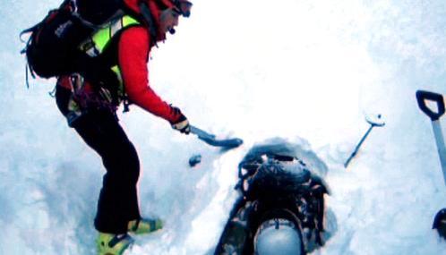 Záchranáři vyprošťují oběť laviny