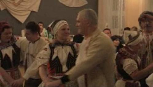 Tanečníci na krojovaném plese