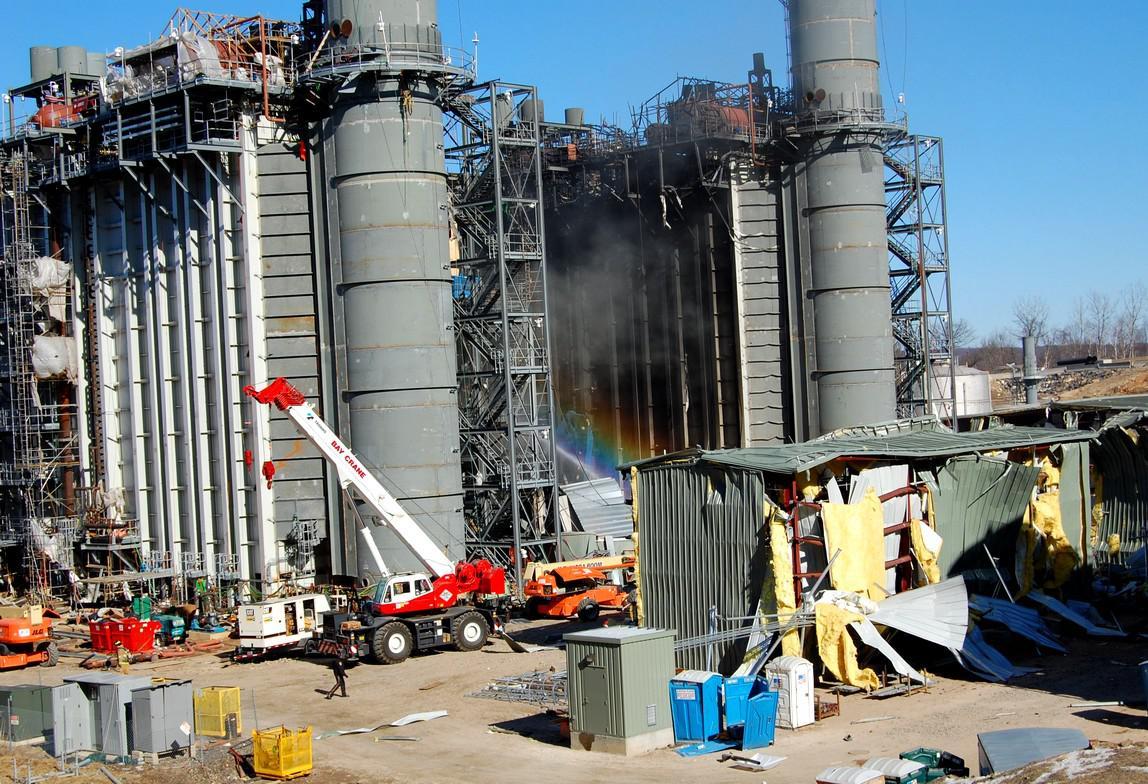 Zničená elektrárna po výbuchu