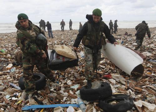 Libanonští vojáci sbírají vyplavené trosky etiopského letadla
